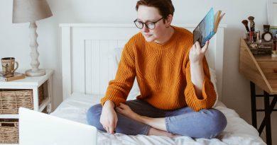 Vrouw blogt op bed