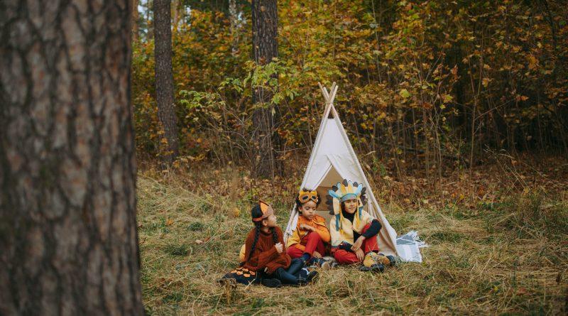 Spelende kinderen in de tuin bij een tent